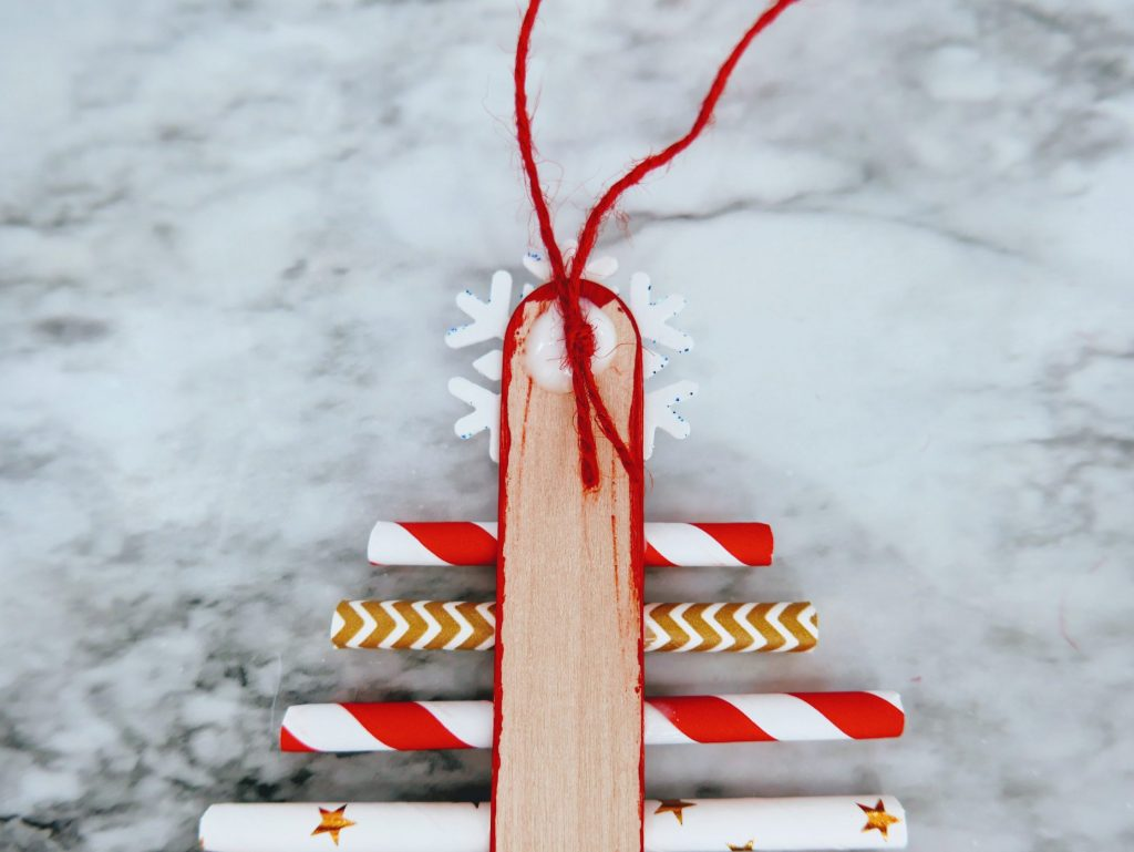 glue knot down for Christmas Tree Straw Craft